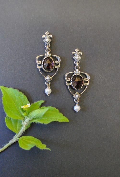 Ohrstecker aus Silber mit Granat und einer kleinen Perle angehängt