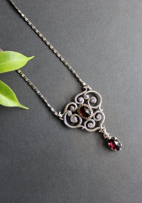 Trachtenschmuck Damen: Moderne Trachten Halskette Larissa in der Variante Granat