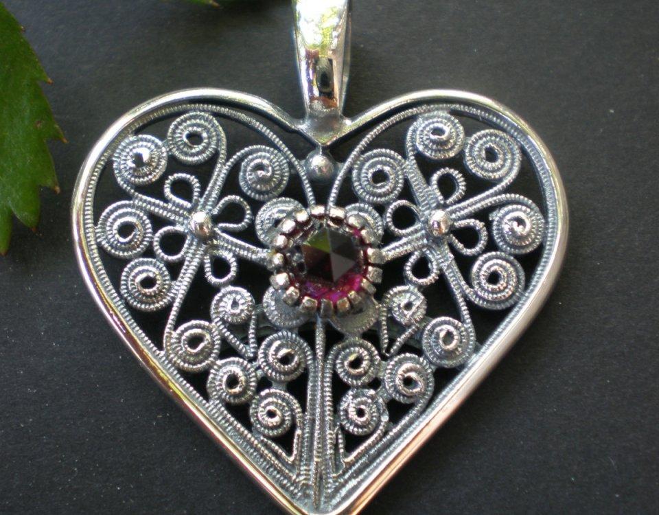 Kirtagherz aus Silber mit Granat und filigranen Blumen