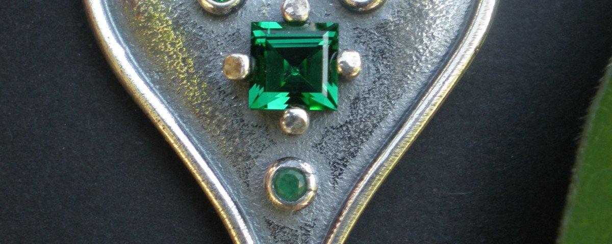 Steiner Kirtagherz mit grünen Schmucksteinen