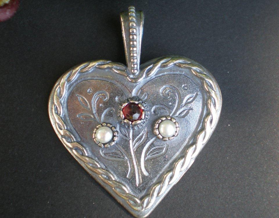 Steiner Kirtagherz Silber mit Granat und kleinen Perlen