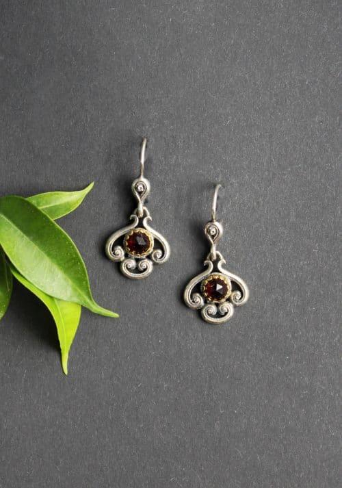 Trachtenschmuck Ohrschmuck: Ohrringe Larissa in Silber und silber-vergoldeter Fassung für Granat, Schnörkelmuster