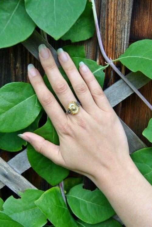 Trachtenschmuck Ring Elisabeth in Weiß an Hand getragen