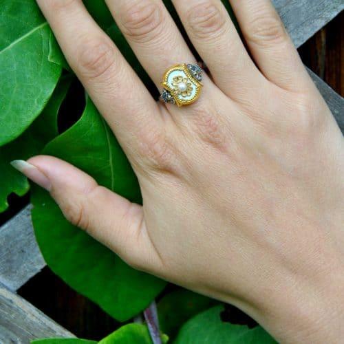 Klassischer Trachten Ring aus Silber mit weißem Email und einer kleinen Perle in der Mitte an Hand getragen