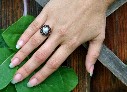 Schöner blumenförmiger Ring zum Dirndl