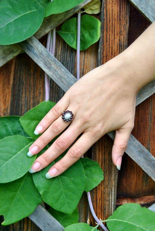Getragener Silberring mit kleinen Granatsteinen und Perle. Sehr schöner Schmuck zum Dirndl