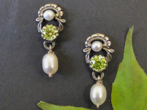 Trachtenohrringe aus Silber mit hellgründem Zirkonia und Perlentropfen