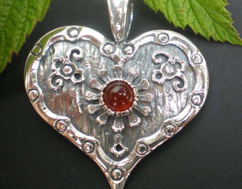 Schönes Silberherz im Lebkuchen Style und Karneol gefasst