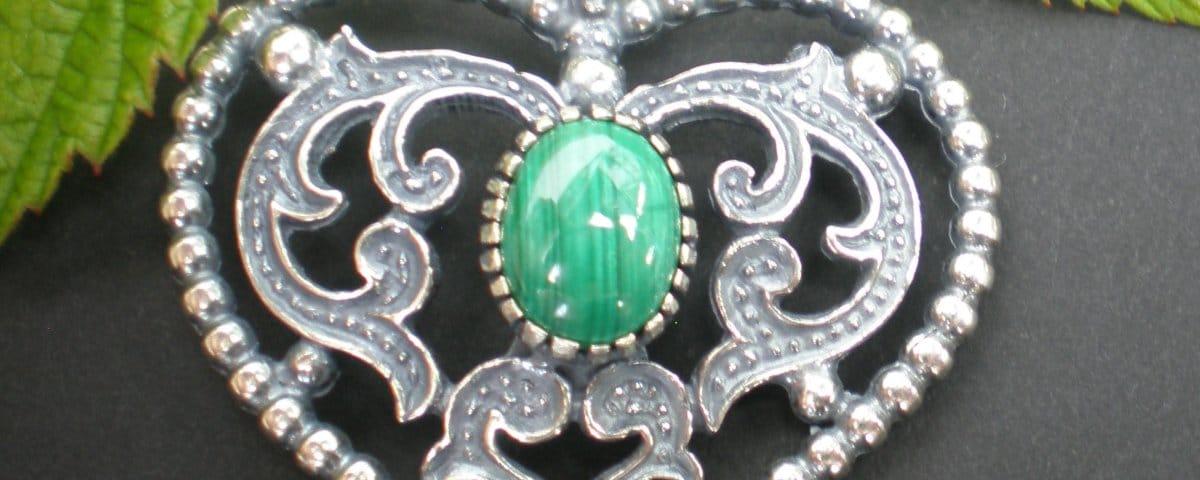 Schönes Steiner Kirtagherz aus Silber mit Smaragd