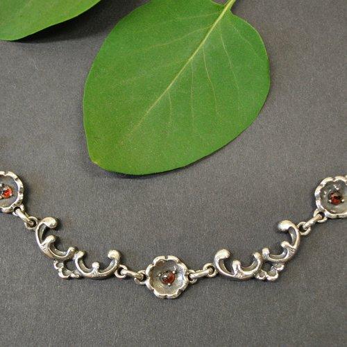 Trachtenschmuck Trachtenkette Beate aus Silber mit kleinen Blumen und drei Steinchen aus Granat
