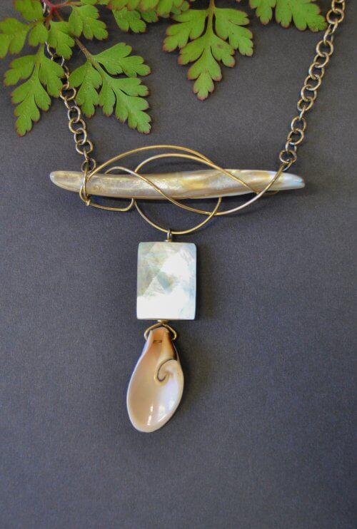 Unikaschmuck Halskette mit Muscheln und echten Schmucksteinen