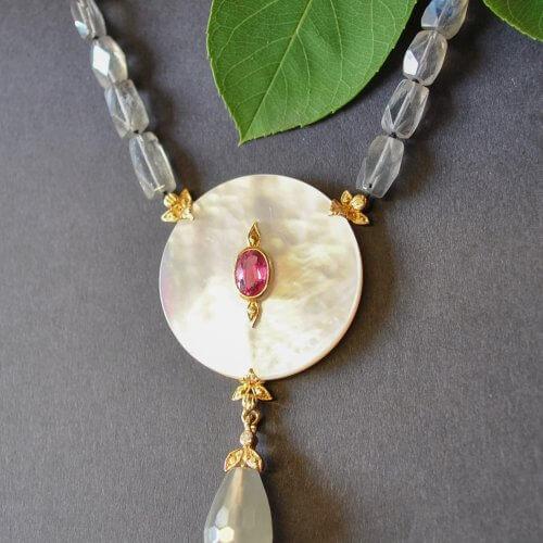 Unikatschmuck Halskette mit Perlmuttscheibe