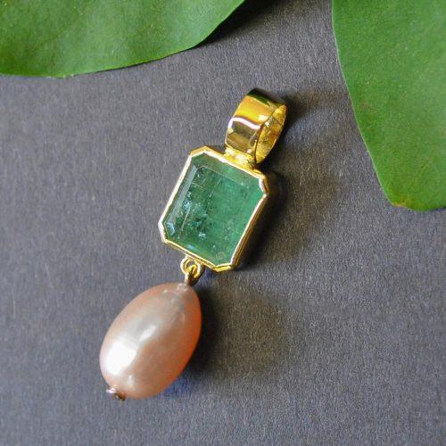 Anhänger aus Gold mit Smaragd und rosafarbener Süßwasserperle