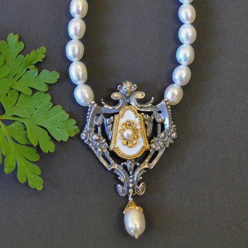 Schöne trachtige Perlenhalskette mit Silberschließe und weißen Motiv. Sehr elegant