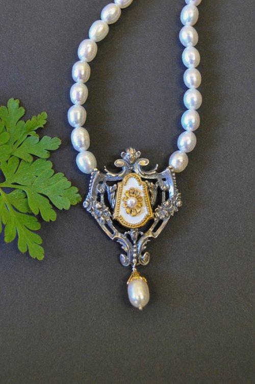 Perlenschmuck Trachtenschmuck - Schöne trachtige Perlenhalskette mit Silberschließe und weißen Motiv. Sehr elegant