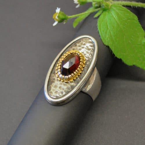 Trachtenschmuck zum Dirndl: Schöner großer Silberring mit einem Granat gefasst.