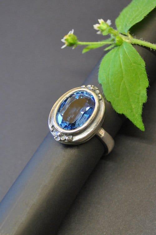 Schöner Silberring mit großem blauem Spinell