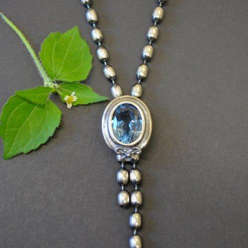 Schöne Halskette aus Silber mit blauem Spinell gefasst in Silber