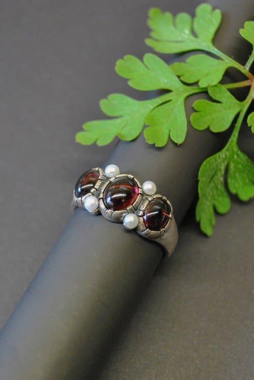 Silberring mit drei Schmucksteinen Granat und 4 kleinen Süßwasserperlen