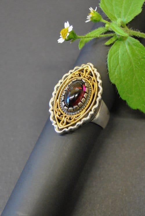 Wunderschöner filigraner Silberring mit vergoldeten Elementen und Granat gefasst