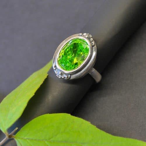 Schöner, moderner Trachtenschmuck Ring Christa in der Variante grüner Zirkonia