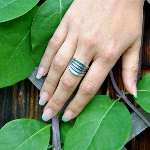 Moderner Trachtenschmuck Ring aus Silber mit Streifen