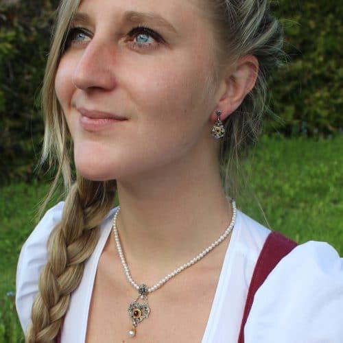 Trachtenschmuckset für Damen: Perlenkette und silberne Ohrringe Flora mit Granat