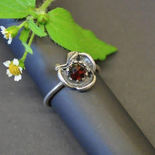 Schöner kleiner Trachtenschmuck Ring mit Granat Schmuckstein