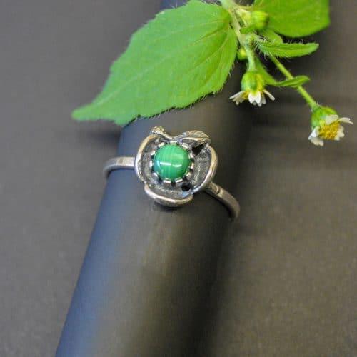 Schöner Trachtenschmuck Ring mit Blumenmotiv und einem Malachit gefasst