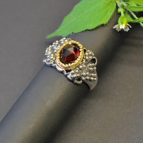 Trachtenschmuck Ring mit schönen Details und einem Granat Schmuckstein