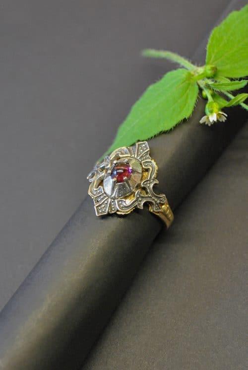 Schöner Trachtenring aus Silber mit vergoldeten Details und einem Granat