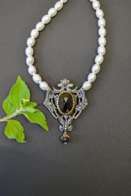 Dirndlschmuck Perlenkette mit Schließe aus Silber und Granat