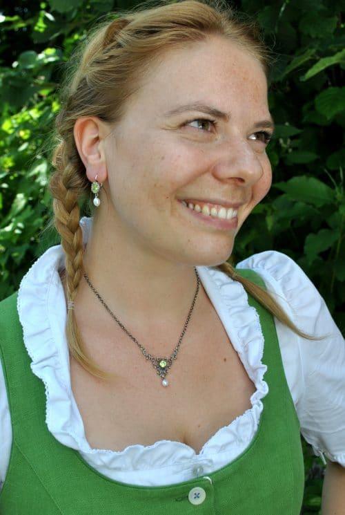 Moderne, zierliche Trachtenkette in Altsilber und grünem Zirkonia zum Dirndl getragen