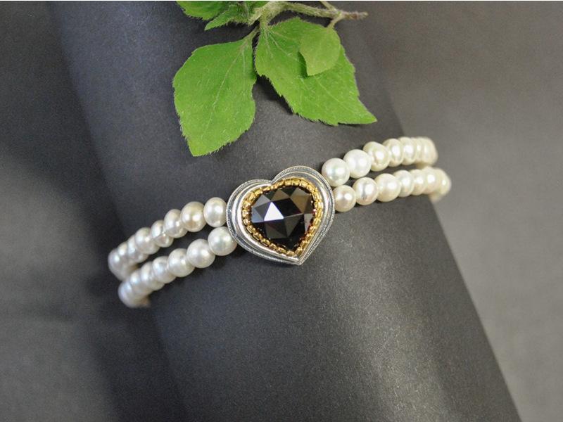 Trachtenschmuck mit Perlen: Trachtenarmband Rita mit einem Granat, der in einem silbernen Herz gefasst ist.