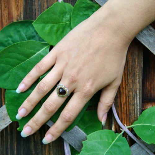 Trachtenschmuck Ring in Herzform mit Granat gefasst