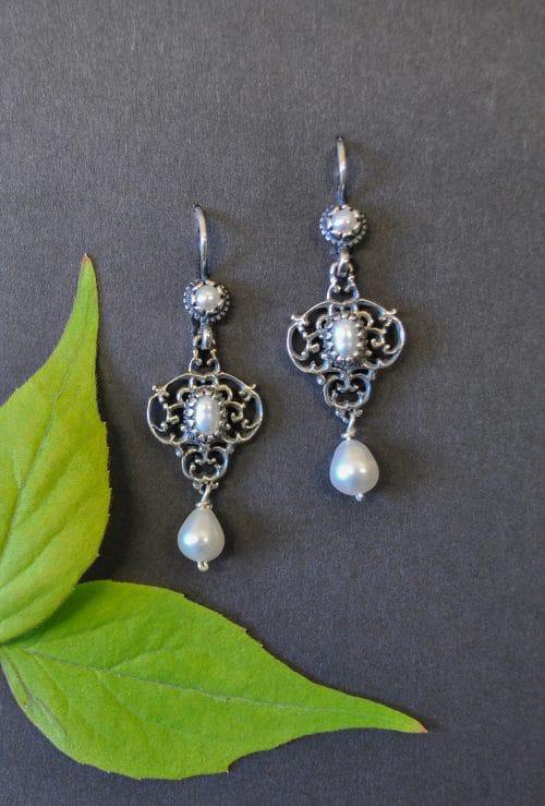 Silberne Trachten Ohrringe mit drei verschieden großen Perlen
