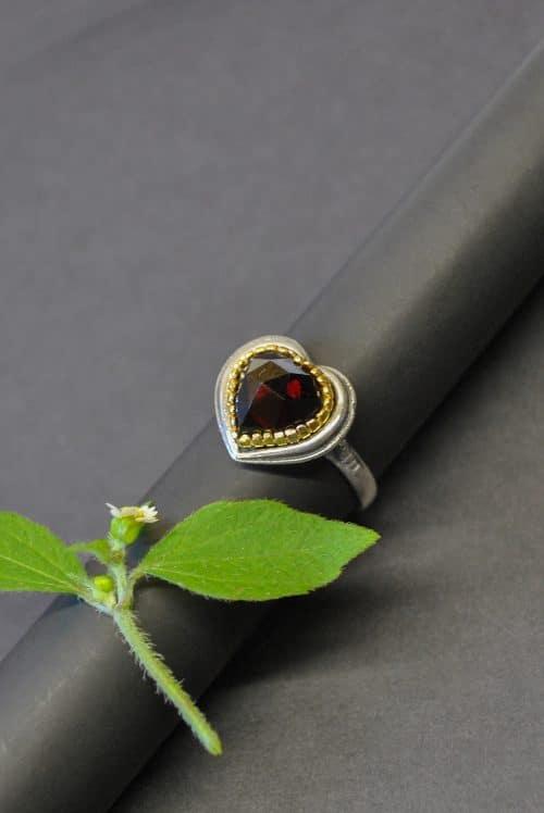 Granatschmuck: Silberner Ring Rita in Herzform mit Granat gefasst