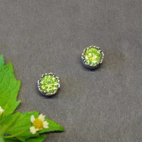 Trachtenschmuck Ohrringe Sarah in grün - silberne, rundliche Ohrstecker mit hellgrünem Zirkonia gefasst
