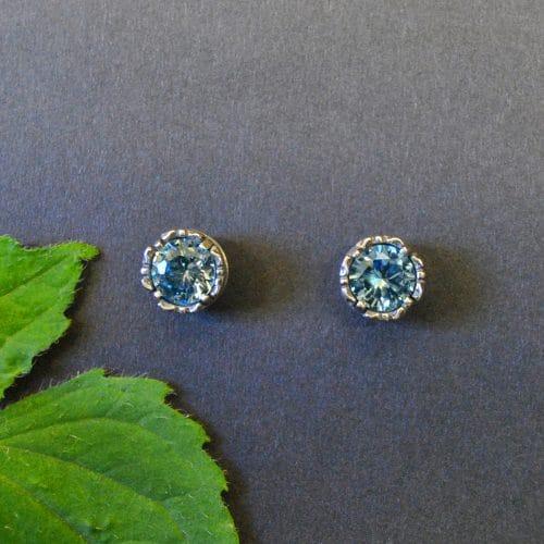 Kleine, runde, silberne Ohrringe zum Dirndl mit blauem Spinell gefasst