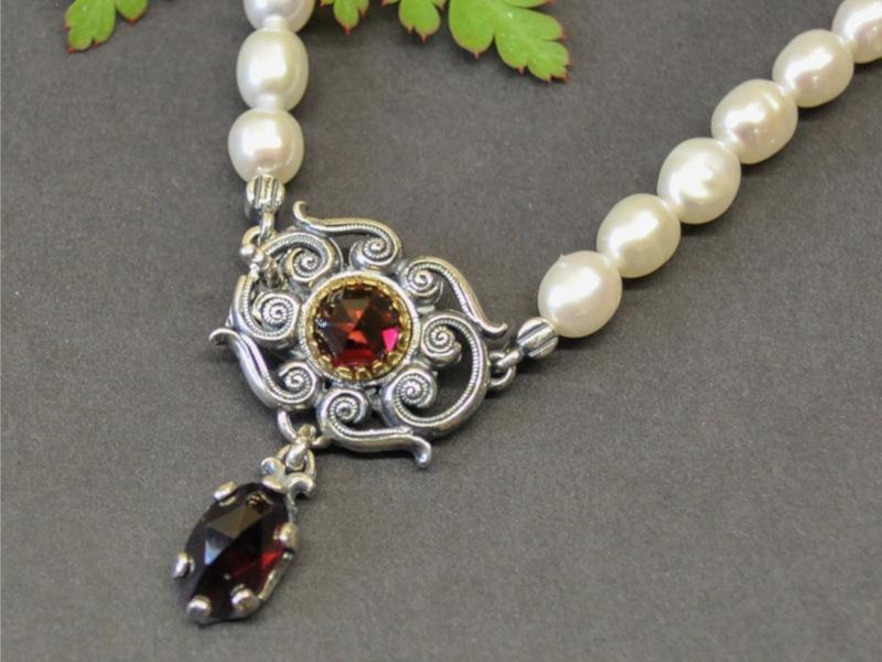 Trachtenschmuck Perlenkette Clarissa mit silberenen Mittelteil und Granat