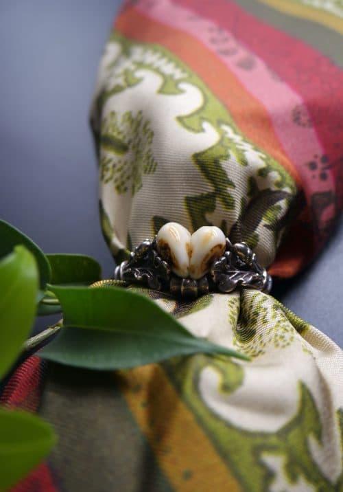Trachtiger Kravattenring aus Silber mit Grandeln und Eichenlaubzier
