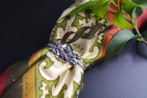 Handgefertigter Bindelring aus Silber mit kleinen Blumendetails