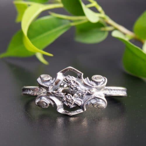Silberner Bindelring mit kleinen Blumen verziert