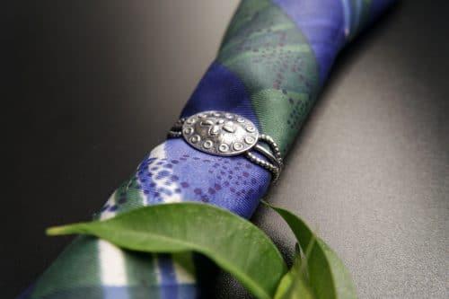 Silberner Krawattenring an seidener Trachtenkrawatte