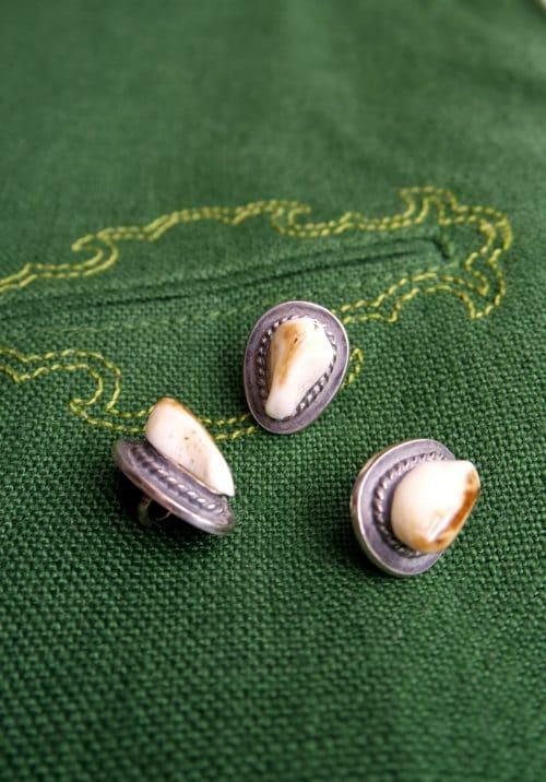 silberne Knöpfe mit Grandeln zum grünen Trachtengilet