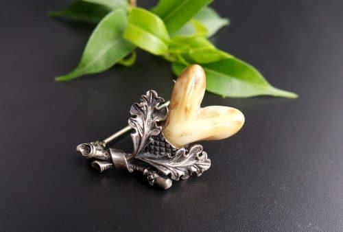 Handgefertigte Hutnadel aus Silber mit Eichenlaubzier und einem Paar Hirschgrandeln