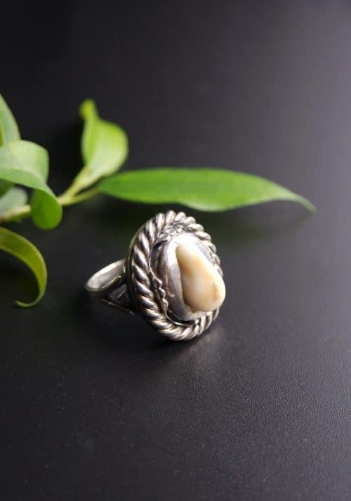 Traditioneller Trachtenschmuck Ring mit einem halben Tiergrandl