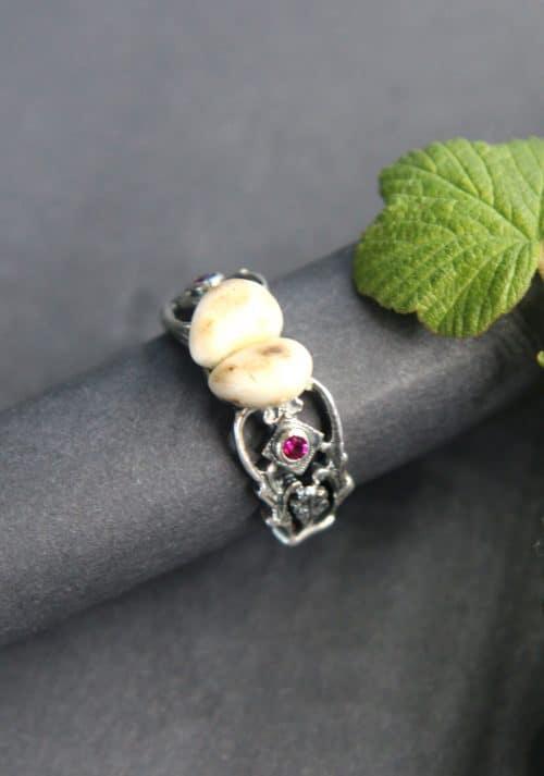 Jagdschmuck Ring mit Grandeln und synthetischem Rubin