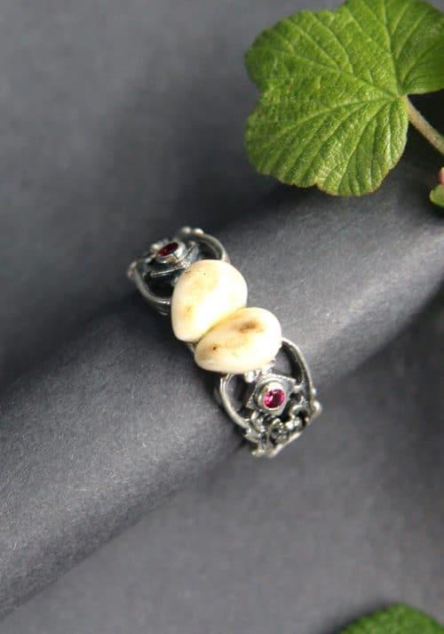 Grandlschmuck Ring setiliche Ansicht: in Silber mit einem Paar Grandeln und synthetischem Rubin