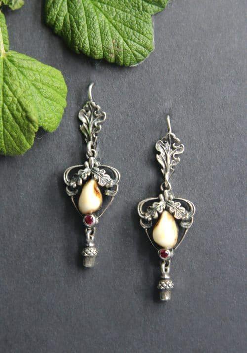 Grandlschmuck Ohrringe für Damen in Silber, Eichenlaubzier und synthetischem Rubin